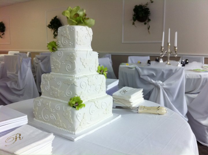 White flowers on white wedding cake