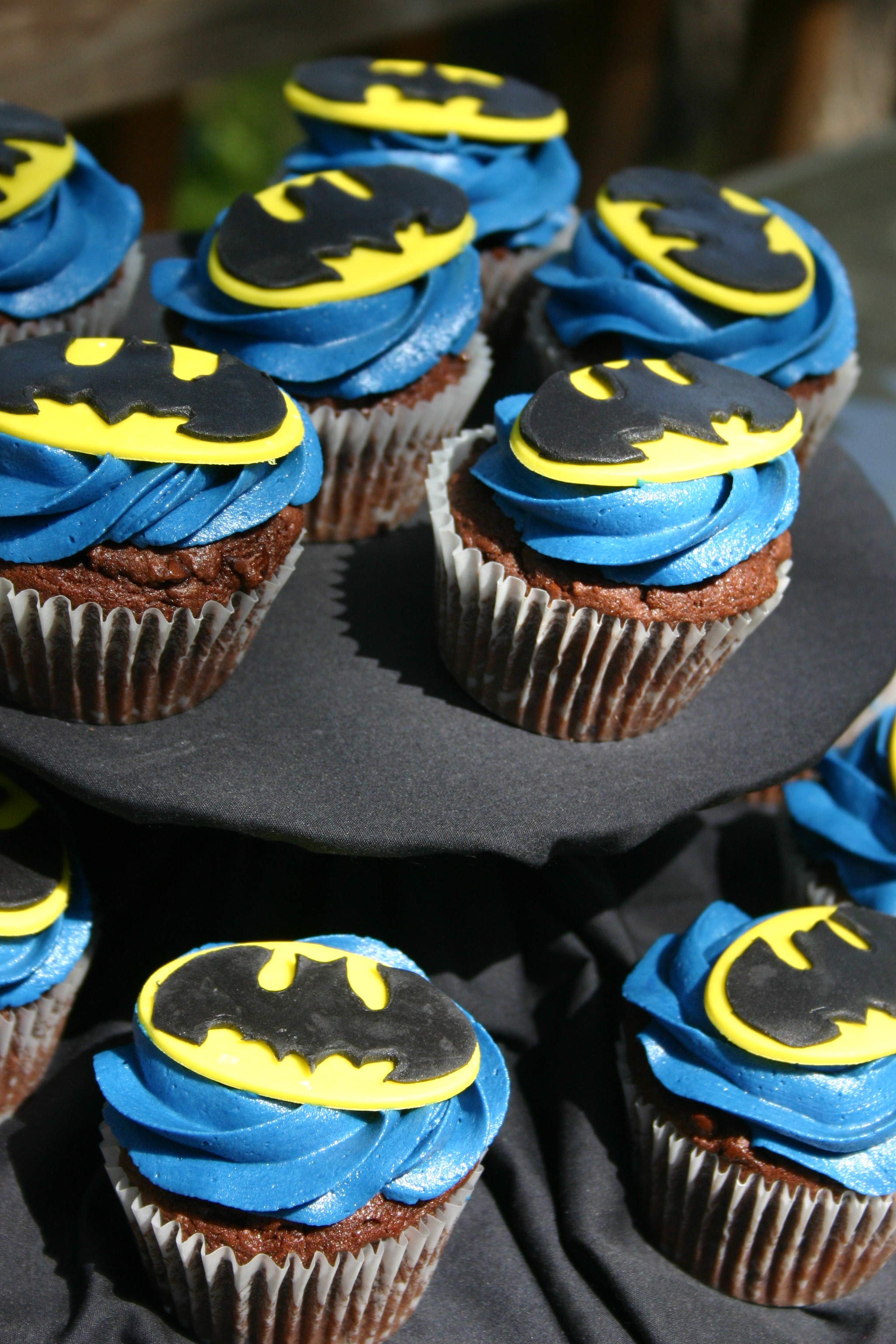 Blue Yellow And Black Batman Logo Cupcakes Lolos Cakes Sweets
